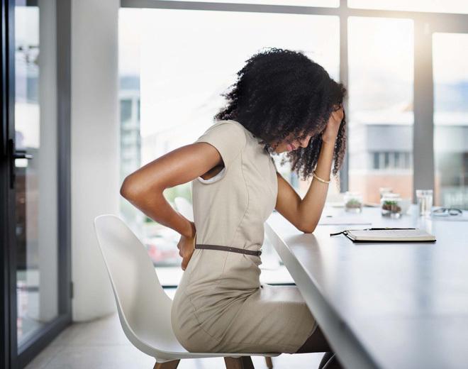 Cách chữa đau lưng do ngồi máy tính nhiều, đơn giản dễ thực hiện tại nhà - ảnh 1