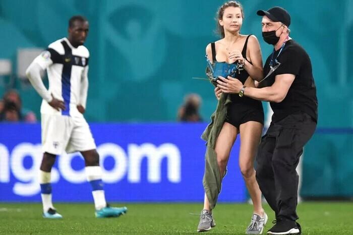 Fan nữ ăn mặc thiếu vải chạy vào sân trận Bỉ vs Phần Lan - ảnh 3