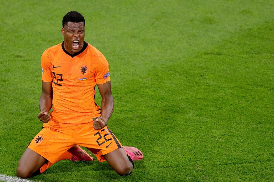 MU quan tâm Dumfries, Barca hỏi mua Ronaldo - ảnh 1