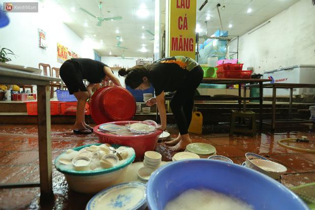 Ảnh: Chủ các hàng quán, tiệm tóc ở Hà Nội phấn khởi dọn dẹp xuyên đêm để chuẩn bị đón khách từ ngày 22/6 - ảnh 4