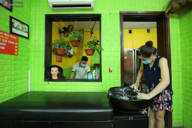 Ảnh: Chủ các hàng quán, tiệm tóc ở Hà Nội phấn khởi dọn dẹp xuyên đêm để chuẩn bị đón khách từ ngày 22/6 - ảnh 3