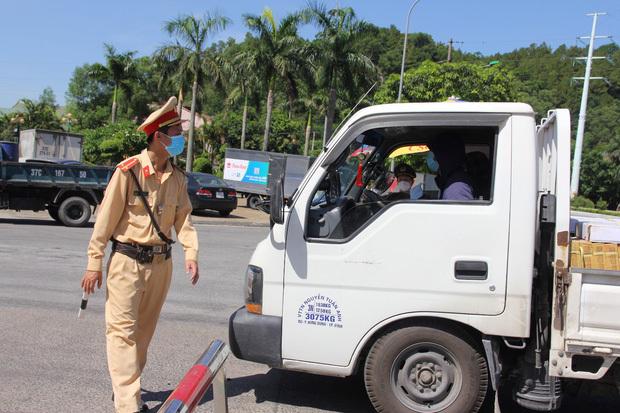 """Ảnh: Lực lượng công an """"phơi mình"""" dưới nắng 40 độ để chốt phòng chống dịch - ảnh 3"""