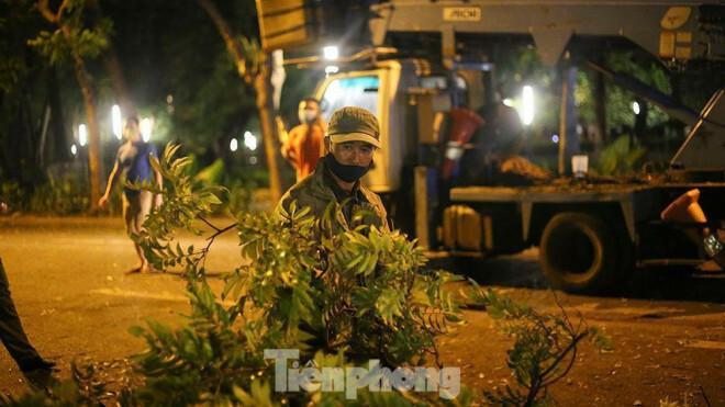 Xuyên đêm thu dọn hàng loạt cây đổ khắp phố phường Hà Nội sau mưa giông - ảnh 9