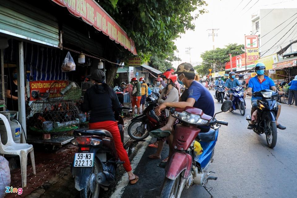 Chợ tự phát ở TP.HCM vẫn đông sau lệnh dừng hoạt động - ảnh 6