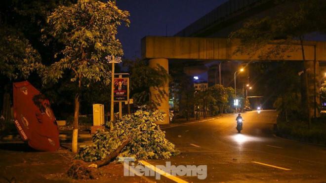 Xuyên đêm thu dọn hàng loạt cây đổ khắp phố phường Hà Nội sau mưa giông - ảnh 3