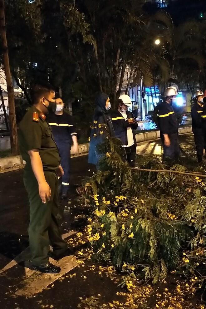 Hà Nội: Vừa dứt trận mưa lớn, lực lượng Công an nhanh chóng có mặt tại các 'điểm nóng' - ảnh 2