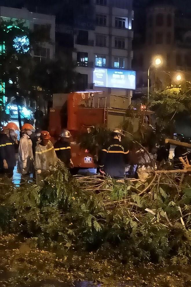 Hà Nội: Vừa dứt trận mưa lớn, lực lượng Công an nhanh chóng có mặt tại các 'điểm nóng' - ảnh 1