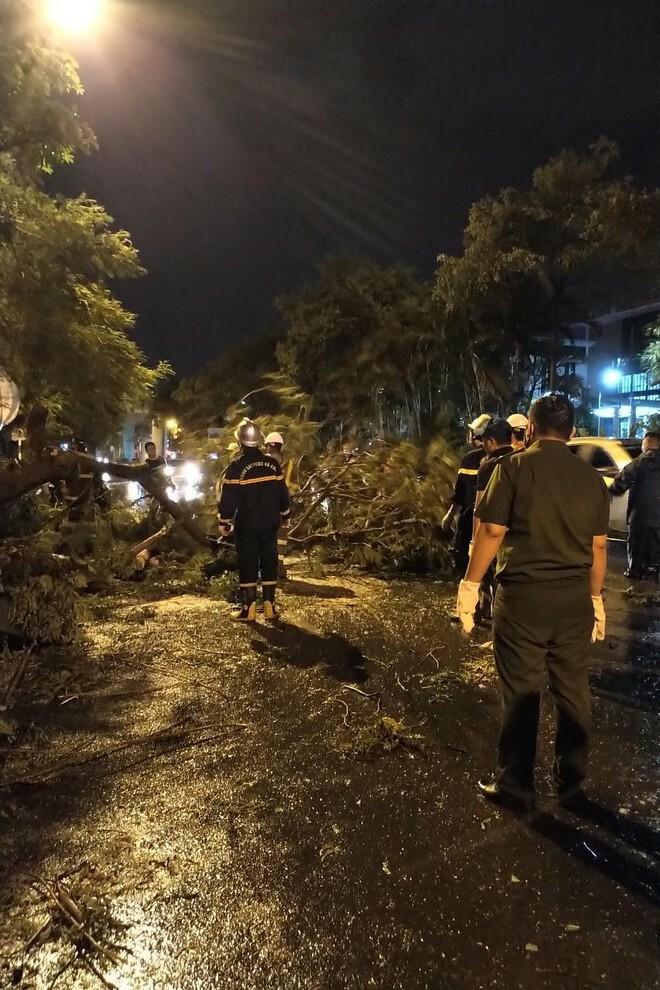 Hà Nội: Vừa dứt trận mưa lớn, lực lượng Công an nhanh chóng có mặt tại các 'điểm nóng' - ảnh 6