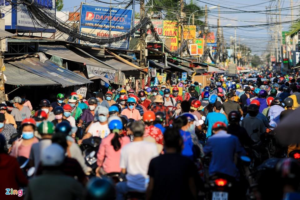 Chợ tự phát ở TP.HCM vẫn đông sau lệnh dừng hoạt động - ảnh 1