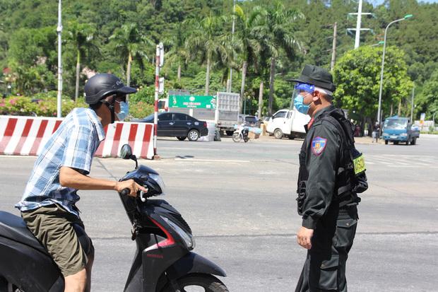 """Ảnh: Lực lượng công an """"phơi mình"""" dưới nắng 40 độ để chốt phòng chống dịch - ảnh 5"""