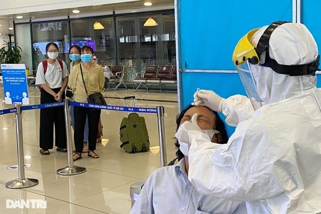 Khách bay từ TPHCM đến Hà Nội phải test nhanh Covid-19 ngay khi hạ cánh - ảnh 9