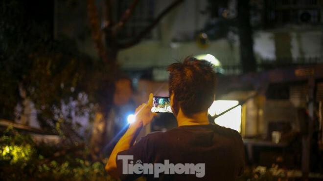Xuyên đêm thu dọn hàng loạt cây đổ khắp phố phường Hà Nội sau mưa giông - ảnh 6