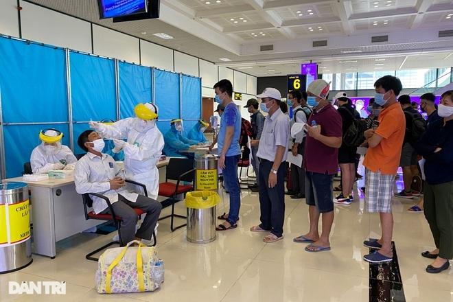 Khách bay từ TPHCM đến Hà Nội phải test nhanh Covid-19 ngay khi hạ cánh - ảnh 7