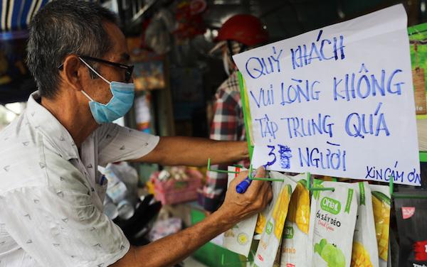 Chợ tự phát ở TP.HCM vẫn đông sau lệnh dừng hoạt động - ảnh 9