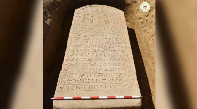 Cuốc đất, người nông dân đào được báu vật Ai Cập 2.600 tuổi - ảnh 1