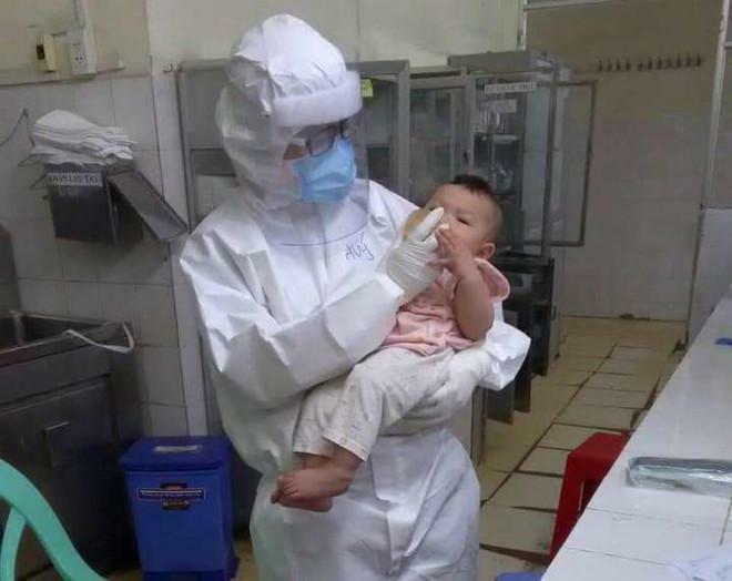 Cảm động câu chuyện nữ bác sĩ ở TP.HCM vắt sữa tặng em bé mắc COVID-19 - ảnh 1