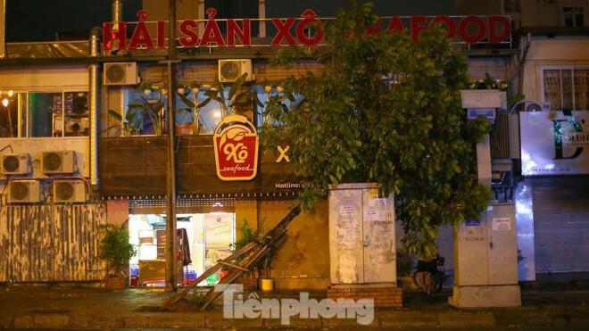 Xuyên đêm thu dọn hàng loạt cây đổ khắp phố phường Hà Nội sau mưa giông - ảnh 1