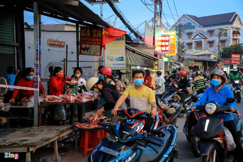 Chợ tự phát ở TP.HCM vẫn đông sau lệnh dừng hoạt động - ảnh 7
