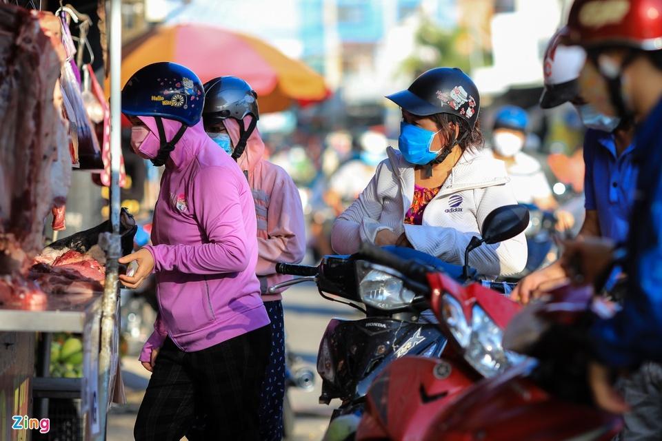Chợ tự phát ở TP.HCM vẫn đông sau lệnh dừng hoạt động - ảnh 3