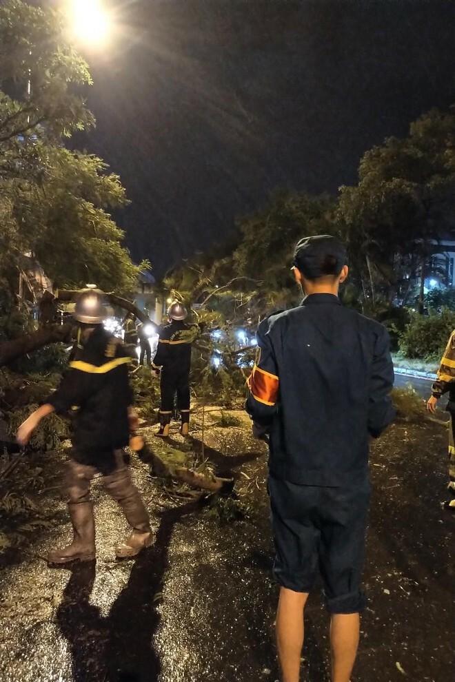 Hà Nội: Vừa dứt trận mưa lớn, lực lượng Công an nhanh chóng có mặt tại các 'điểm nóng' - ảnh 4