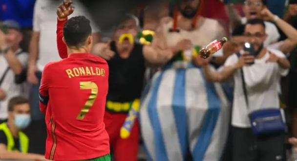 Ronaldo bị ném chai Coca Cola và bia khi ăn mừng - ảnh 1