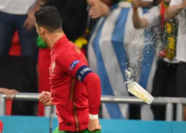 Ronaldo bị ném chai Coca Cola và bia khi ăn mừng - ảnh 2
