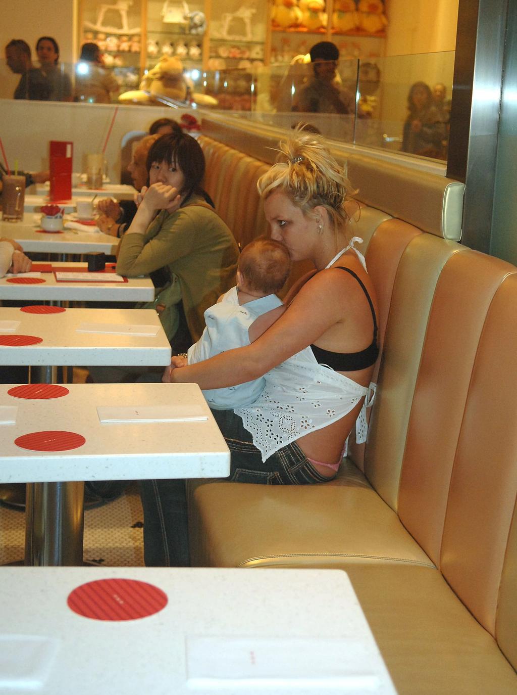 Giây phút xót xa nhất cuộc đời Britney Spears: Bụng bầu, ôm con trai khóc nức nở trốn trong nhà hàng - ảnh 2
