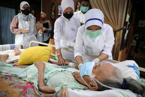 Singapore kêu gọi người già chưa tiêm vắc xin ở trong nhà - ảnh 4