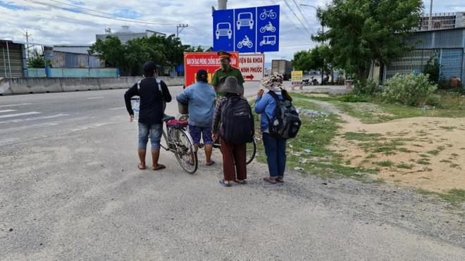 Thất nghiệp giữa mùa dịch, 4 mẹ con đạp xe từ Đồng Nai về Nghệ An - ảnh 1