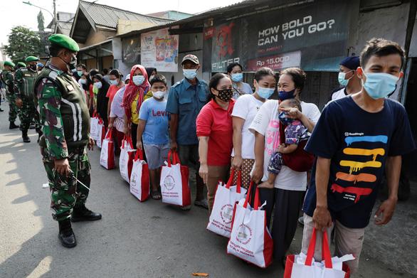 Singapore kêu gọi người già chưa tiêm vắc xin ở trong nhà - ảnh 2