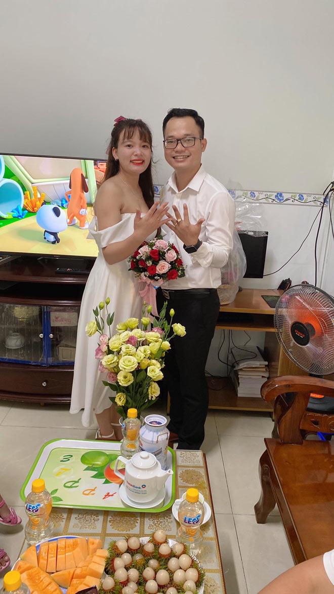 Cặp đôi tổ chức lễ cưới ở phòng trọ, họ hàng hai bên chúc mừng qua màn hình máy tính - ảnh 2
