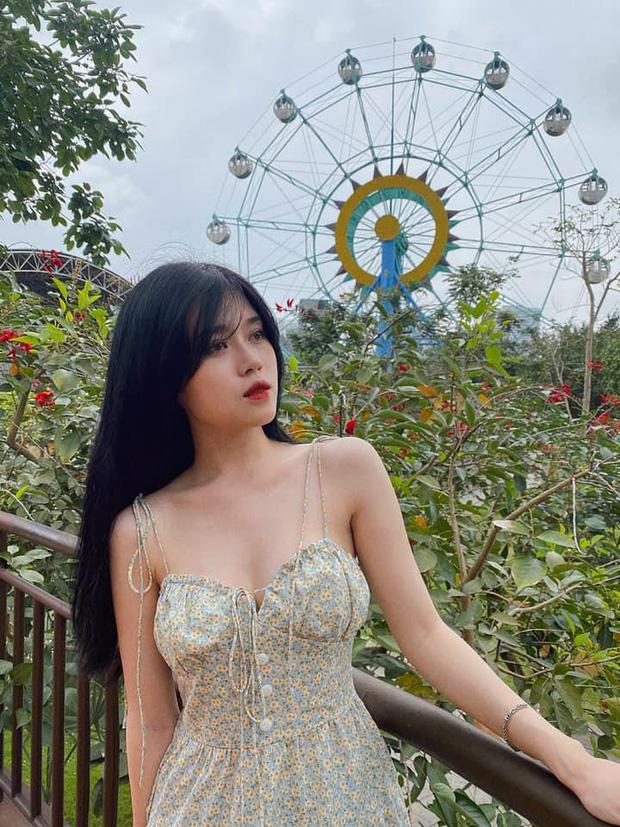 Khoe đôi dép cao su 12 triệu, nữ streamer Thủy Tiên khiến cư dân mạng