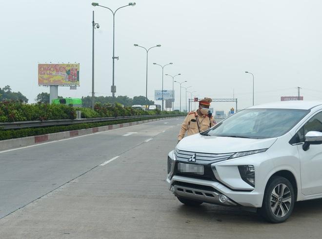 Kiểm soát người vào thủ đô, cao tốc Pháp Vân - Cầu Giẽ ùn tắc hàng cây số - ảnh 8
