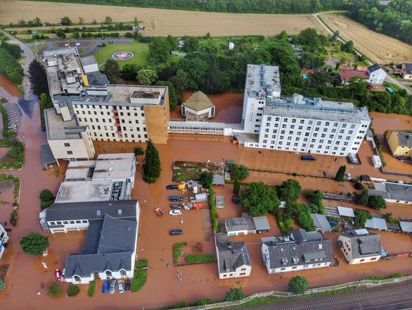 Chùm ảnh mưa lũ lớn trăm năm có một ở châu Âu khiến ít nhất 110 người chết - ảnh 6