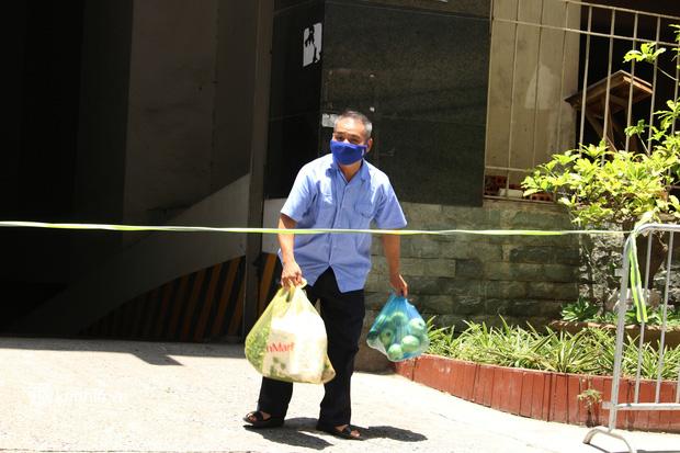Hà Nội: Phong toả chung cư tại Hà Đông, người thân xuyên trưa tiếp tế sau ca dương tính SARS-CoV-2 - ảnh 14