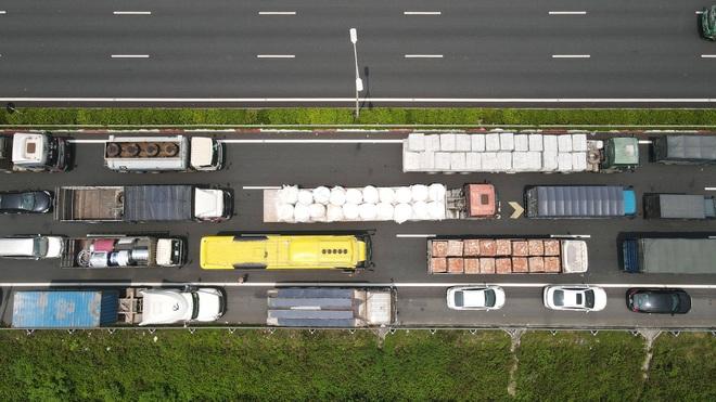 Kiểm soát người vào thủ đô, cao tốc Pháp Vân - Cầu Giẽ ùn tắc hàng cây số - ảnh 4