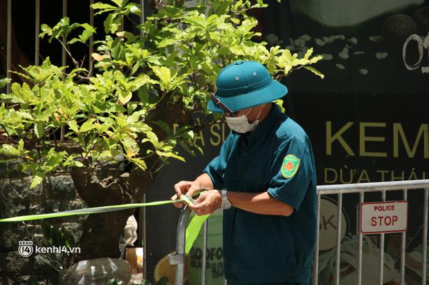 Hà Nội: Phong toả chung cư tại Hà Đông, người thân xuyên trưa tiếp tế sau ca dương tính SARS-CoV-2 - ảnh 10