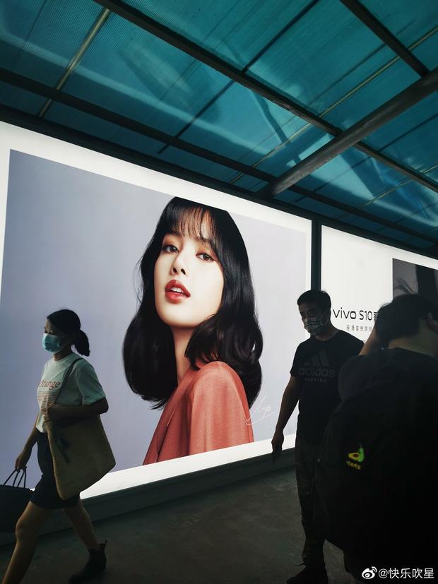 Choáng ngợp với hình ảnh của riêng Lisa (BLACKPINK) phủ sóng khắp mọi nơi tại Trung Quốc - ảnh 9