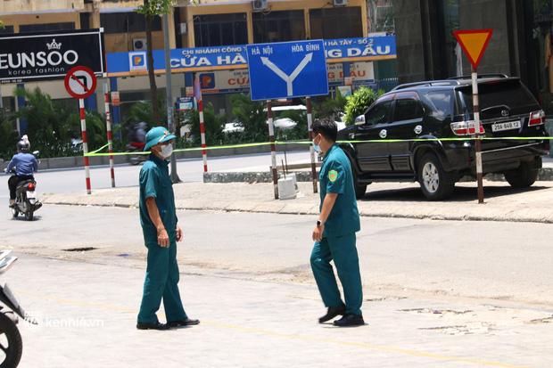 Hà Nội: Phong toả chung cư tại Hà Đông, người thân xuyên trưa tiếp tế sau ca dương tính SARS-CoV-2 - ảnh 12