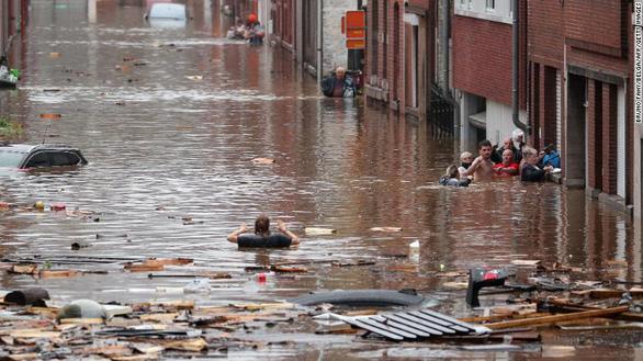 Chùm ảnh mưa lũ lớn trăm năm có một ở châu Âu khiến ít nhất 110 người chết - ảnh 2