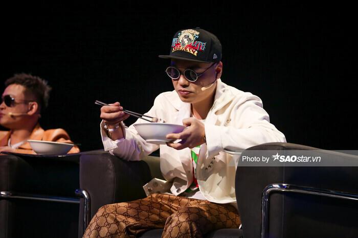 Đôi mắt cay cay hướng về miền Trung và bát hủ tiếu ''hối lộ'' ở King of Rap - ảnh 4
