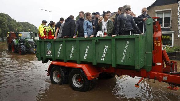 Chùm ảnh mưa lũ lớn trăm năm có một ở châu Âu khiến ít nhất 110 người chết - ảnh 3