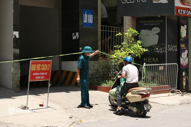 Hà Nội: Phong toả chung cư tại Hà Đông, người thân xuyên trưa tiếp tế sau ca dương tính SARS-CoV-2 - ảnh 7