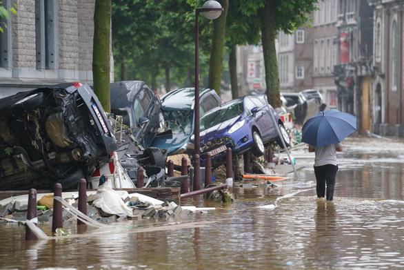 Chùm ảnh mưa lũ lớn trăm năm có một ở châu Âu khiến ít nhất 110 người chết - ảnh 7
