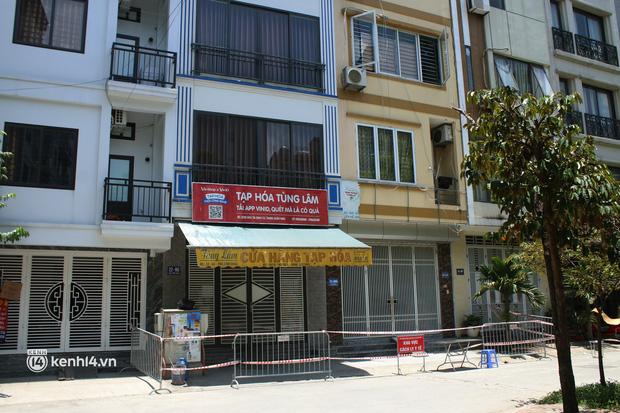 Hà Nội: Phong toả chung cư tại Hà Đông, người thân xuyên trưa tiếp tế sau ca dương tính SARS-CoV-2 - ảnh 15