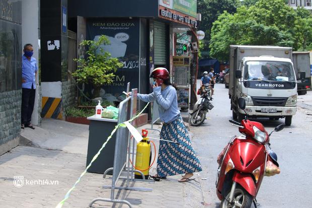 Hà Nội: Phong toả chung cư tại Hà Đông, người thân xuyên trưa tiếp tế sau ca dương tính SARS-CoV-2 - ảnh 5