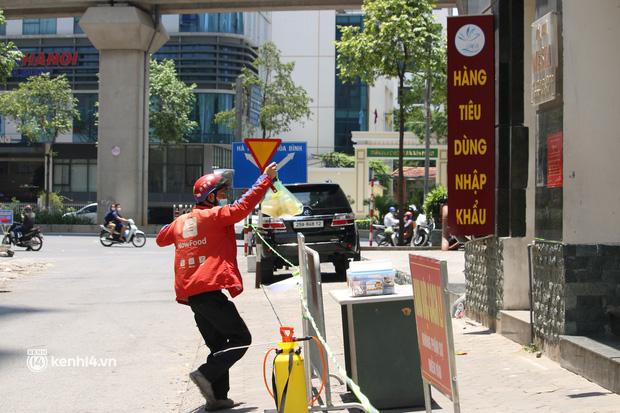Hà Nội: Phong toả chung cư tại Hà Đông, người thân xuyên trưa tiếp tế sau ca dương tính SARS-CoV-2 - ảnh 4