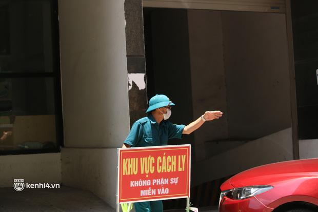 Hà Nội: Phong toả chung cư tại Hà Đông, người thân xuyên trưa tiếp tế sau ca dương tính SARS-CoV-2 - ảnh 13