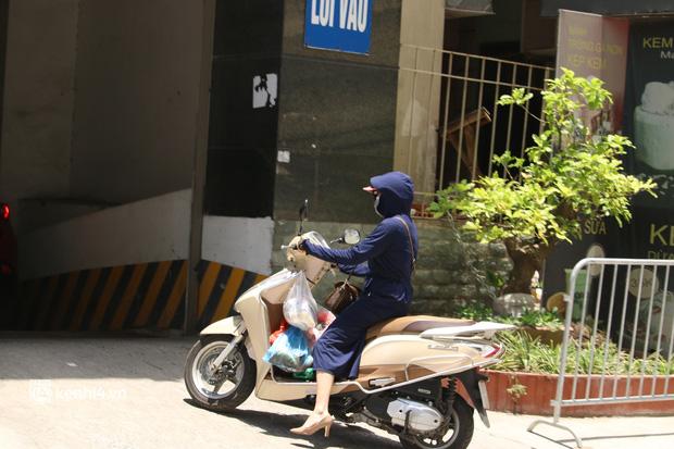 Hà Nội: Phong toả chung cư tại Hà Đông, người thân xuyên trưa tiếp tế sau ca dương tính SARS-CoV-2 - ảnh 9