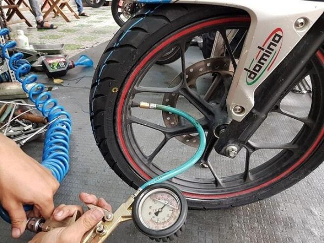 Cần lưu ý gì khi bơm lốp xe máy để di chuyển trong thời tiết nắng nóng? - ảnh 2